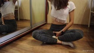 Секс с милашкой после тренировки у зеркала