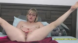 Блонди в очках шалит перед вебкой